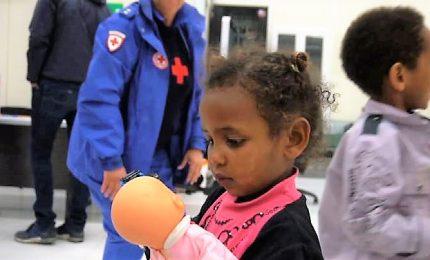 L'arrivo a Roma dei 146 rifugiati dalla Libia, 46 sono minori