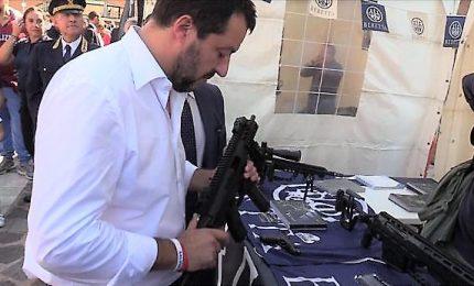Postata foto di Salvini con mitra, scoppia la polemica