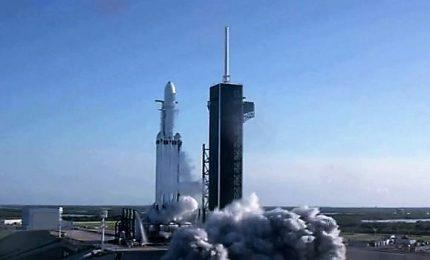 Trionfo per SpaceX: primo lancio commerciale con Falcon Heavy