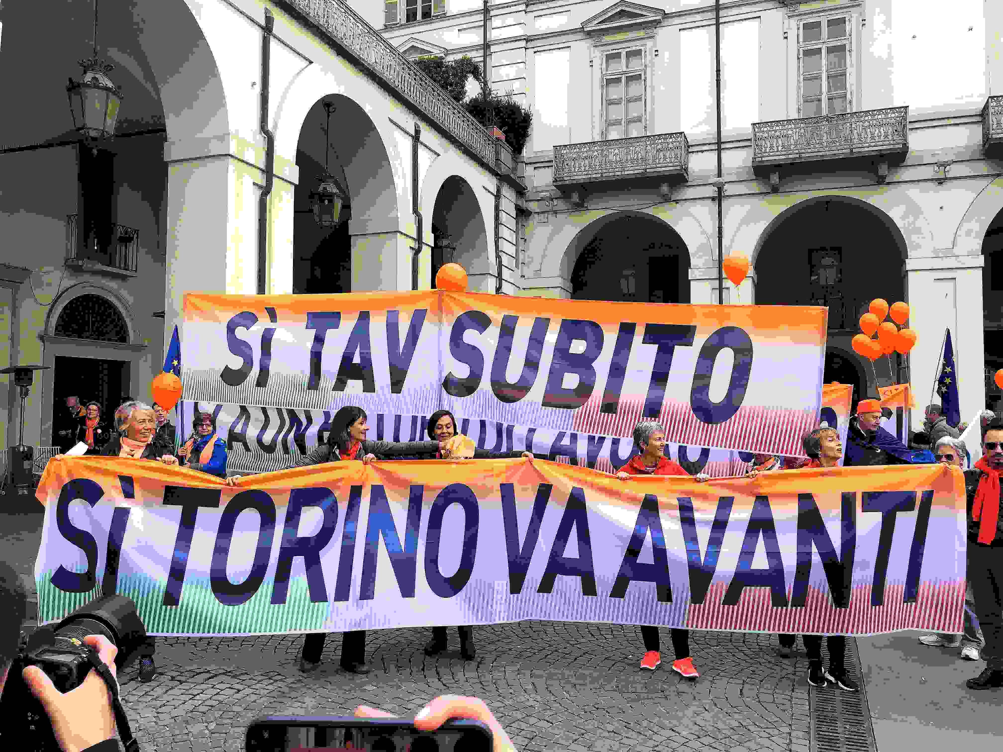 In 30mila al corteo Sì Tav a Torino. Pd: governo risponda