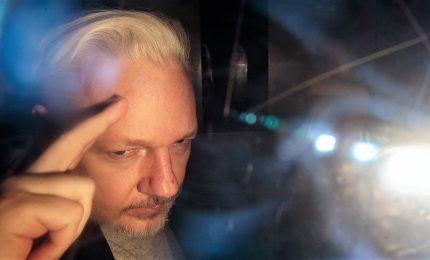 Assange travolto da 17 capi di accusa, rischia 170 anni