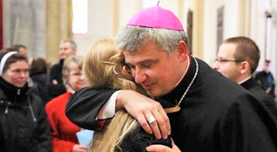 ll cardinale riattacca la luce in un palazzo occupato a Roma. Salvini: spero che paghi anche le bollette
