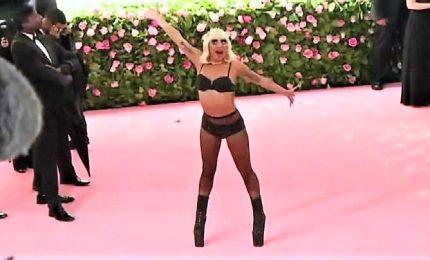 Il divertente streap tease di Lady Gaga sul red carpet del Met