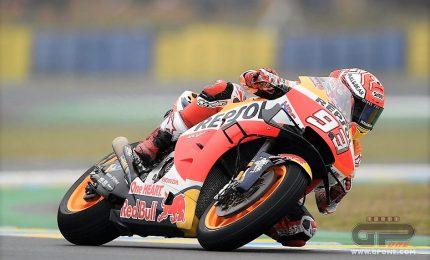 Pioggia e cadute, pole Marquez e Rossi quinto