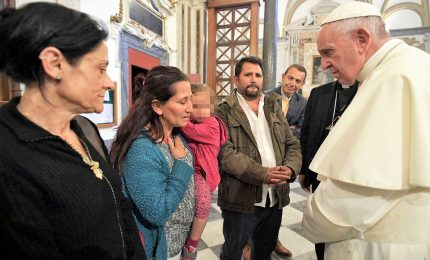 """Papa Bergoglio incontra la famiglia rom: """"Prego per voi, vi sono vicino"""""""