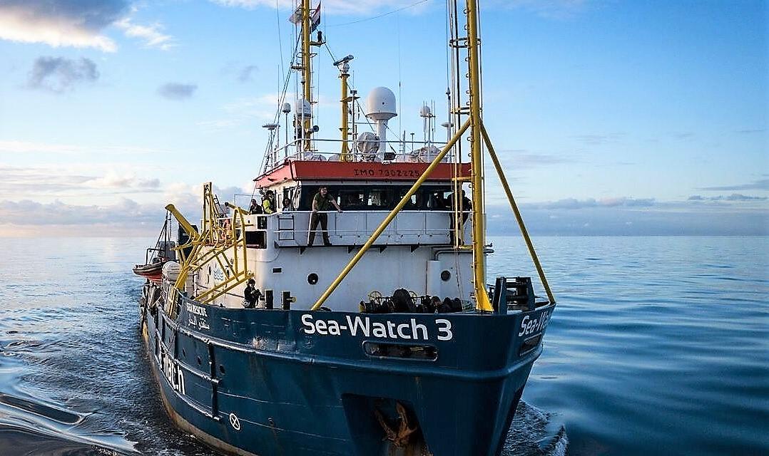 Sea Watch 3 alla fonda fuori porto Lampedusa. Viminale: porti chiusi