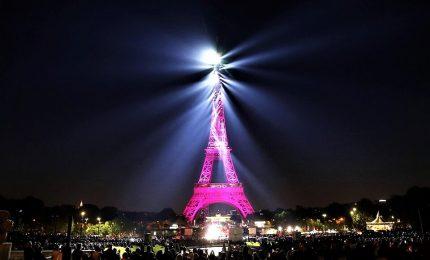 Parigi, la Tour Eiffel festeggia 130 anni di apertura al pubblico