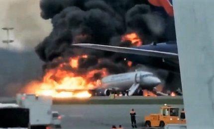 A fuoco aereo Aeroflot dopo atterraggio a Mosca, i morti salgono a 41. E' già polemica