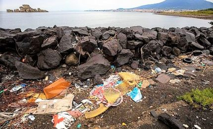 Ambiente, il fiume Sarno in Campania invaso dalla plastica