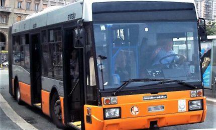 Tenta violentare donna su bus, bambina chiama il 113