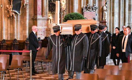L'ultimo saluto a Niki Lauda nella cattedrale di Vienna, sarà sepolto con tuta Ferrari