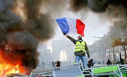 "Tensione a Parigi dove tornano a manifestare i ""Gilet jaune"""