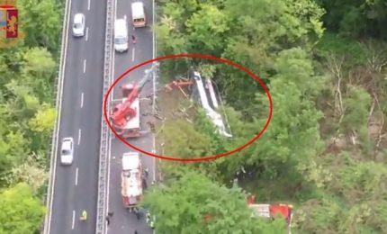 Bus si ribalta, morta guida turistica, 25 i feriti