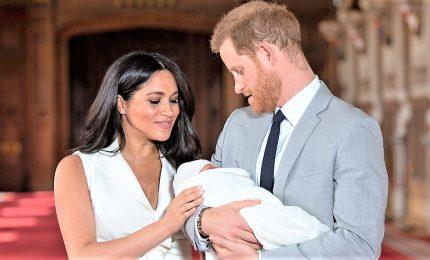 Harry e Meghan presentano al mondo il figlio Archie Harrison