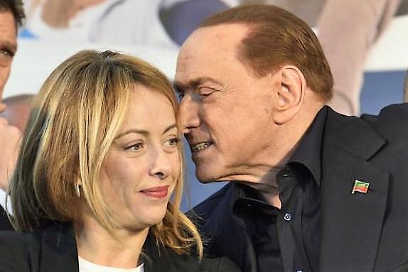 Lo scontro Berlusconi-Meloni da piazze e tv approda sui social