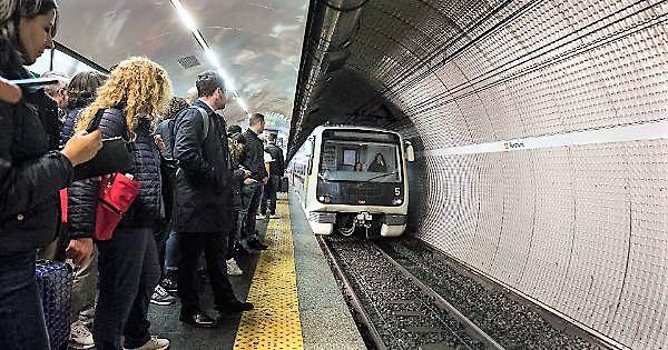 Donna muore incastrata sotto convoglio metro. Si indaga per omicidio colposo