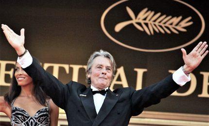 A Cannes Palma d'onore ad Alain Delon, l'ira delle femministe