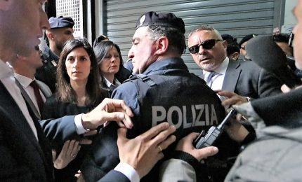 """Consegnata casa ai rom, Raggi contestata a Casalbruciato. Le gridano anche """"zingara"""""""