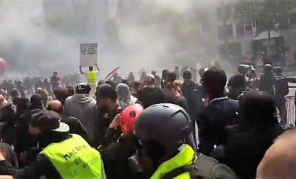 Primo maggio di scontri e lacrimogeni a Parigi, 330 arresti