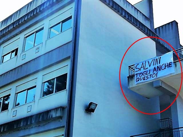 """""""Salvini togli anche questo"""", striscione a Corleone"""