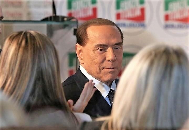 Nuovi equilibri nel centrodestra: Salvini scivola, Berlusconi risorge