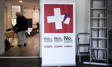 Svizzera, vince il Sì a norme più severe sulle armi