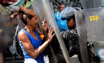 """Venezuela, irruzione militari in chiesa. Vescovo: """"Lanciato bombe provocando fuga fedeli"""""""