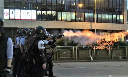 Hong Kong chiude le sedi del governo dopo i violenti scontri