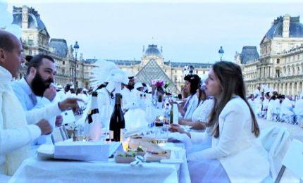 """In migliaia alla """"cena in bianco"""" a Parigi di fronte al Louvre"""