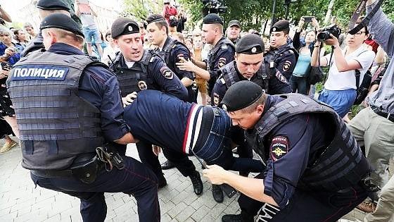 Mosca, pugno duro su marcia per libertà stampa. Oltre 400 fermi, anche Navalny passerà notte in commissariato