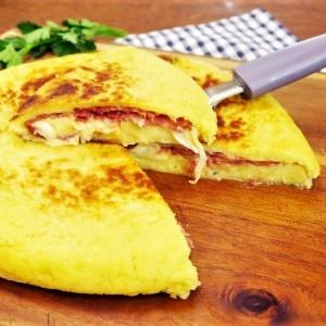Torta di patate in padella con prosciutto e mozzarella