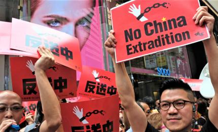 A Hong Kong la più grande manifestazione da riconsegna a Cina, un milione in piazza
