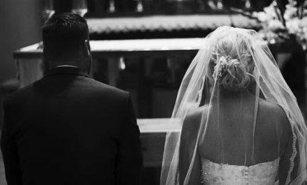 Recita l'inno della Roma alla nozze in chiesa, prete furioso