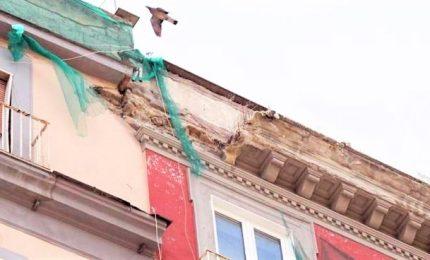 Crolla pezzo di cornicione da palazzo, morto negoziante