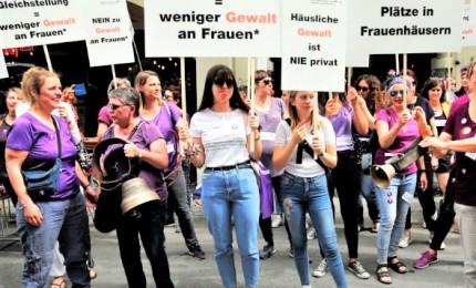 Svizzera, donne in piazza per chiedere uguaglianza