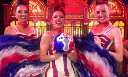 Le ballerine del Moulin Rouge tifano per le calciatrici francesi