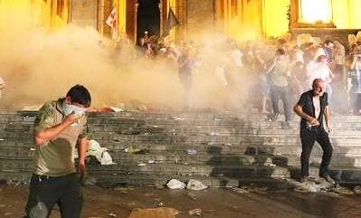 Georgia, dimostranti assaltano parlamento: 240 feriti