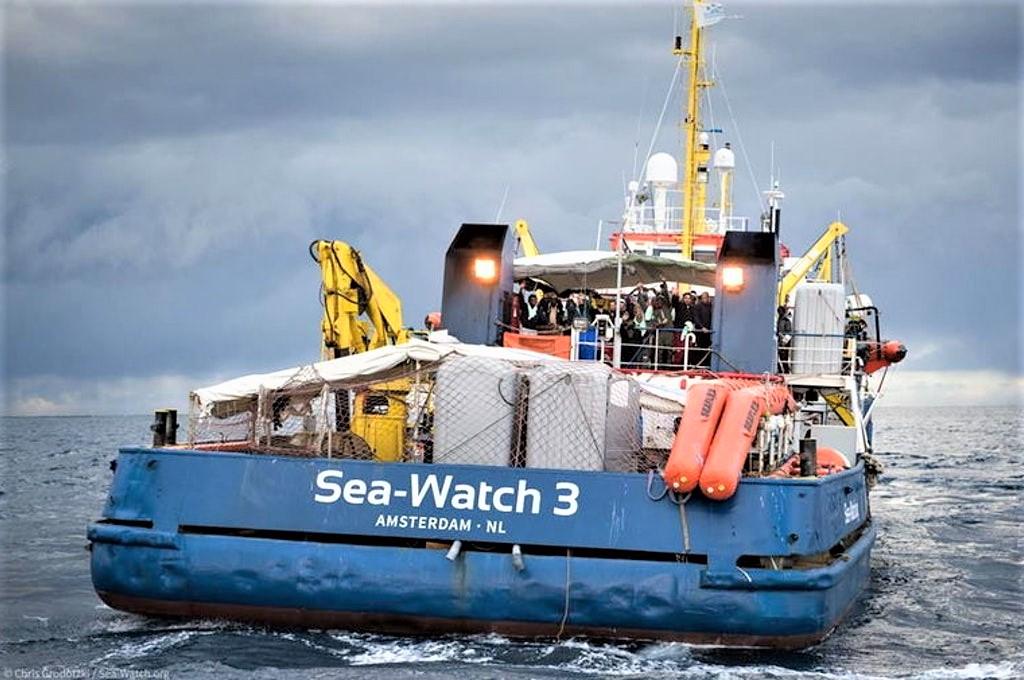 SeaWatch vicino Lampedusa. Salvini, non la passerà liscia
