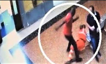 Picchia portantino in ospedale, caccia all'aggressore