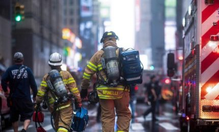 Schianto elicottero a Manhattan, il pilota era solo a bordo. Troppi velivoli, è emergenza