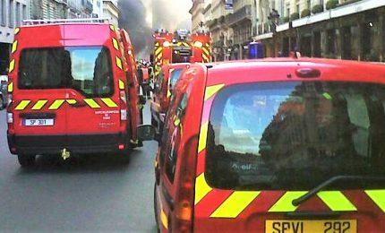 """Incendio in centro di Parigi, almeno 3 morti. Pompieri: """"Un'operazione complessa"""""""