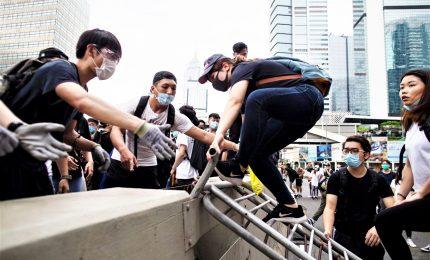 Hong Kong, polizia carica i manifestanti vicino al Parlamento