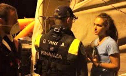 Sea Watch 3 ha attraccato al porto di Lampedusa, arrestata la capitana Rackete