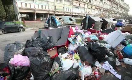 Roma, i cittadini fra afa e cumuli di spazzatura