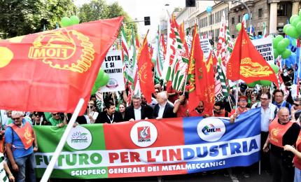 """Metalmeccanici in piazza: """"Il governo come Schettino"""""""