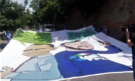 Stop a striscione su Di Maio e Salvini, è polemica