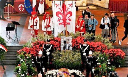 Il feretro di Zeffirelli arriva a Palazzo Vecchio a Firenze, lunghi applausi e squillo delle chiarine