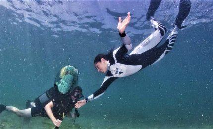 La campionessa Federica Brignone ripulisce il lago di Garda