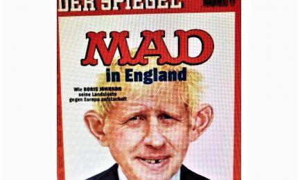 """Copertina Der Spiegel schernisce """"mad"""" Johnson. BBC: PM irrita Ue"""