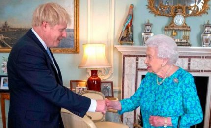 """Elisabetta II ha nominato Johnson primo ministro. """"Il mio lavoro è proteggervi"""""""